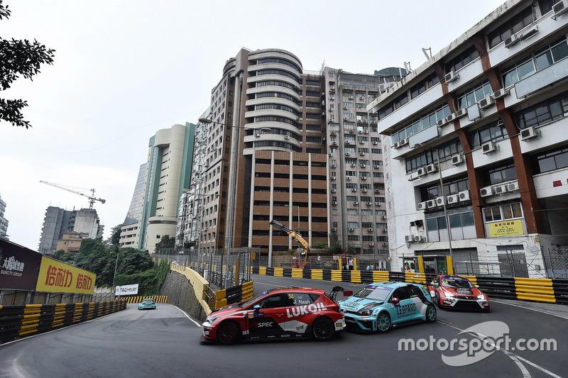 James Nash, Craft Bamboo Racing SEAT León SEQ; Stefano Comini, Leopard Racing Team Volkswagen Golf GTI