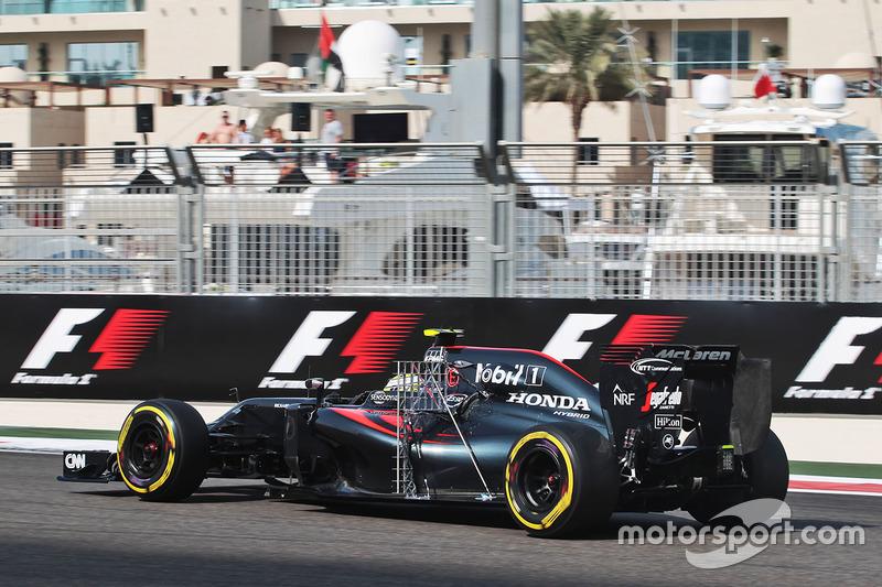 Jenson Button, McLaren MP4-31 con equipo de sensores
