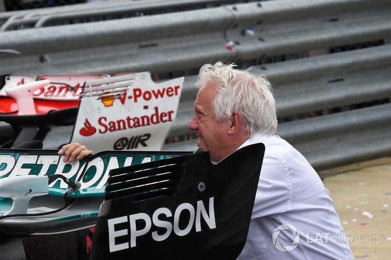Гоночний директор FIA Чарлі Вайтінг дивиться на Mercedes-Benz F1 W08