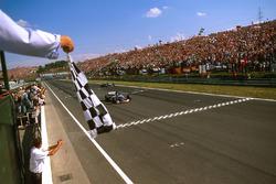 Damon Hill, Arrows A18 Yamaha sous le drapeau à damier