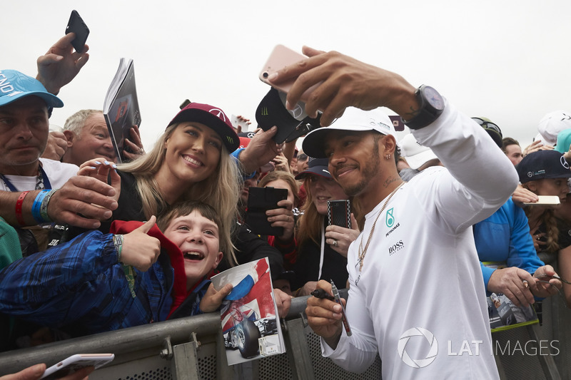Льюіс Хемілтон, Mercedes AMG F1, уболівальник