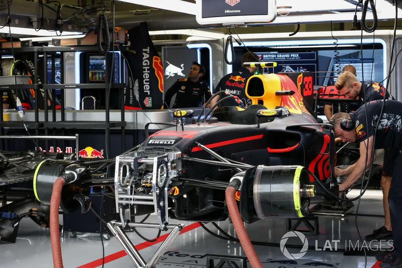 Red Bull Racing Rb13 у гаражі