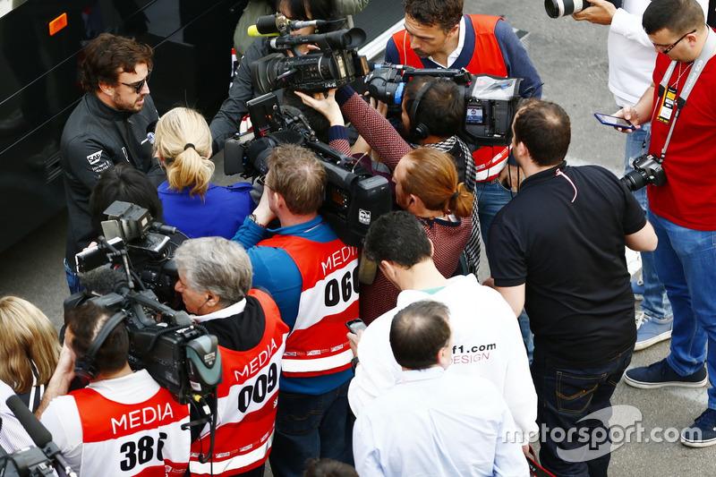 Fernando Alonso, McLaren, avec les médias