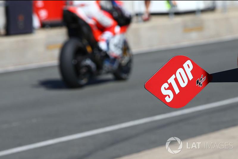 Paleta de alto para intercambio de moto en Pit lane