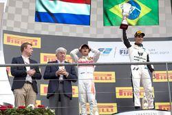 Podio: il vincitore Sergio Sette Camara, MP Motorsport, il secondo classificato Nyck De Vries, Racin