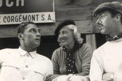 Hans Rüesch nel 1936 nei box di Berna: accanto all'affascinante signora c'è il pilota italiano Jacques De Rham