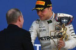 Vladimir Putin, presidente de Rusia, y Valtteri Bottas, Mercedes AMG F1