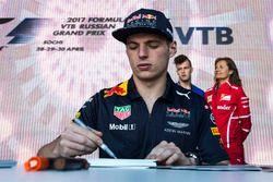 Max Verstappen, Red Bull Racing lors d'une séance d'autographes