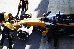 Jolyon Palmer, Renault Sport F1 Team RS17 in the pit lane