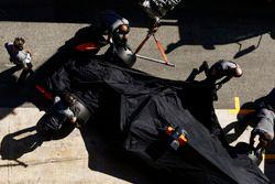 Механики McLaren закатывают McLaren MCL32 Стоффеля Вандорна в боксы