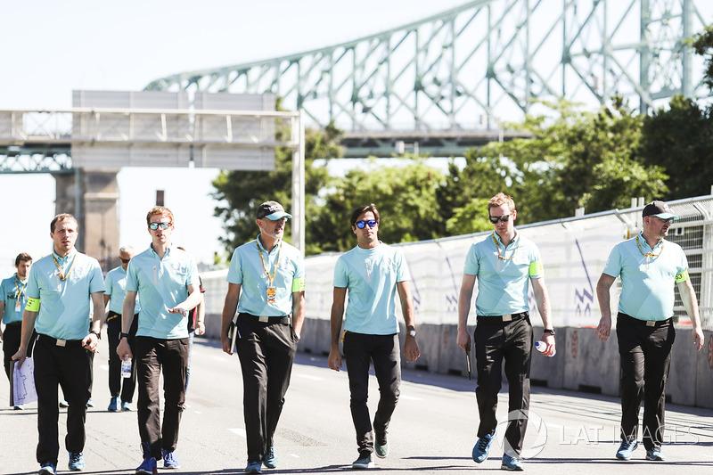 Nelson Piquet Jr., NEXTEV TCR Formula E Team, camina en la pista