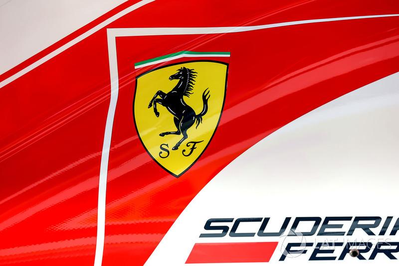 Detalle de carrocería Ferrari SF70-H, insignia de Ferrari