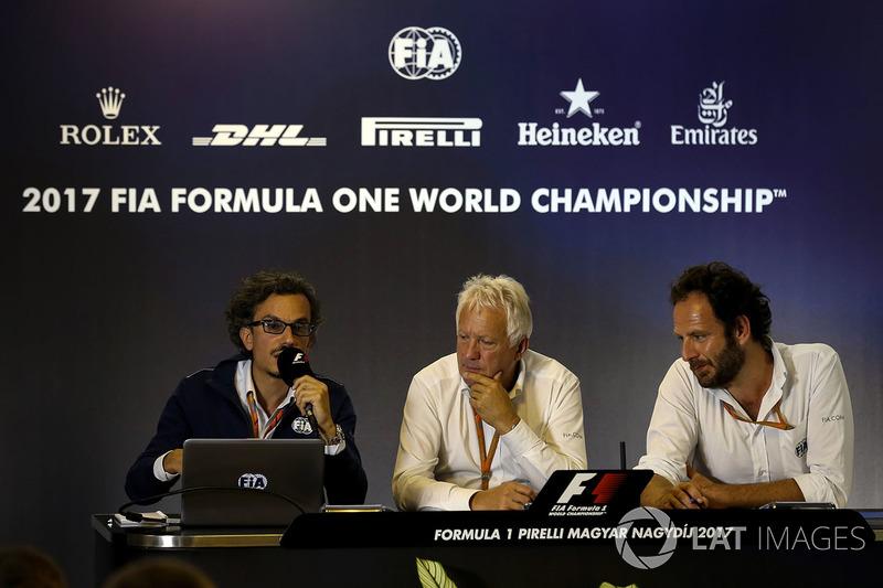 Laurent Mekies, Director de seguridad de la FIA, Charlie Whiting, delegado de la FIA y Matteo Boncia