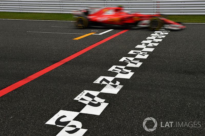 Sebastian Vettel, Ferrari SF70H en la línea de meta