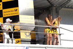 Podio: tercer lugar Timo Glock, BMW Team RMG, BMW M4 DTM rocía a las chicas de la parrilla