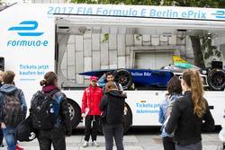 Nick Heidfeld, Mahindra Racing visita una coche de exhibición en el Instituto de tecnología de Berlí