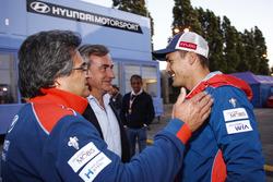 Michel Nandan, jefe de Hyundai Motorsport; Carlos Sainz; Dani Sorod y Luis Moya al fondo