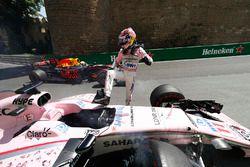 Sergio Pérez, Force India, sale de su coche chocado en FP1, Daniel Ricciardo, Red Bull Racing RB13