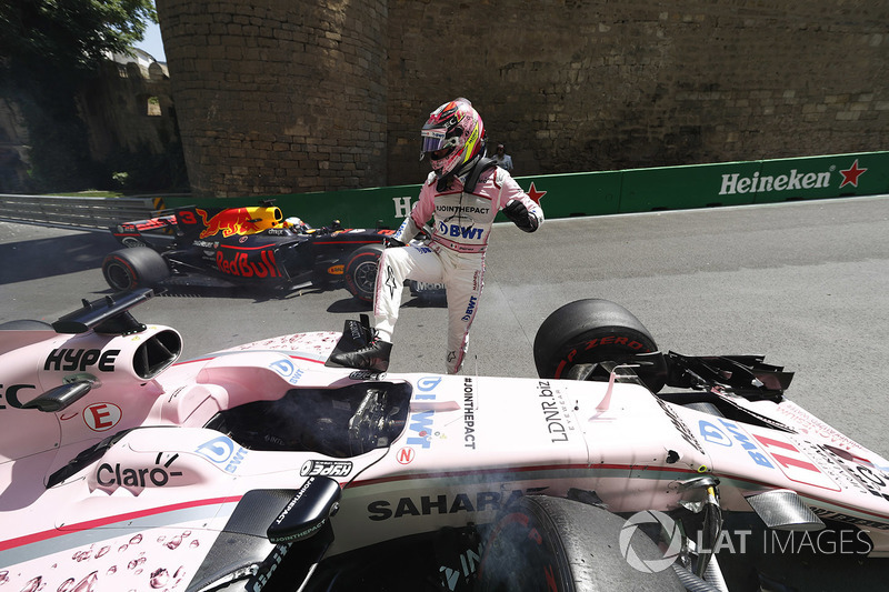 Sergio Perez, Force India, esce dalla sua monoposto dopo l'incidente nelle FP1, Daniel Ricciardo, Red Bull Racing RB13