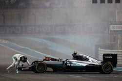 Nico Rosberg, híbrido de Mercedes AMG F1 W07 celebra su segunda posición y Campeonato del mundo al f