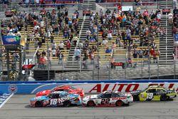 Кайл Буш, Joe Gibbs Racing Toyota и Джастин Алгайер, JR Motorsports Chevrolet restart