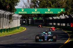 Valtteri Bottas, Mercedes AMG F1 W08; Kimi Räikkönen, Ferrari SF70H
