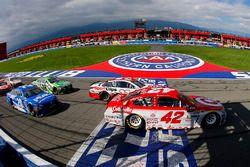 Denny Hamlin, Joe Gibbs Racing Toyota and Kyle Larson, Chip Ganassi Racing Chevrolet restart