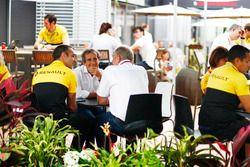 Cyril Abiteboul, directeur général Renault Sport F1 Team, Alain Prost et Helmut Markko, consultant Red Bull Racing, dans le paddock