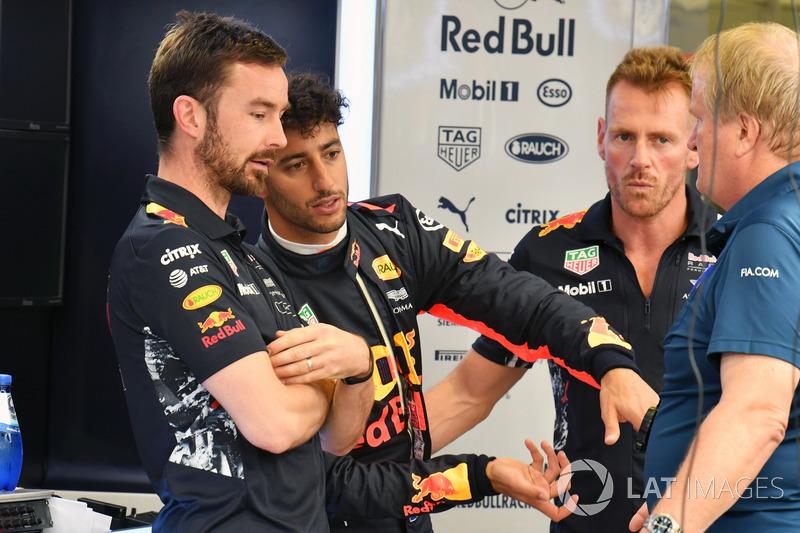Simon Rennie, ingegnere di pista Red Bull Racing, Daniel Ricciardo, Red Bull Racing e Jo Bauer, Delegato della sicurezza FIA