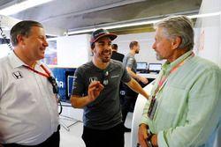 Zak Brown, directeur exécutif McLaren Technology Group, Fernando Alonso, McLaren, Michael Douglas, acteur
