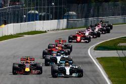 Lewis Hamilton, Mercedes AMG F1 W08, Max Verstappen, Red Bull Racing RB13, Valtteri Bottas, Mercedes AMG F1 W08, et le reste du peloton