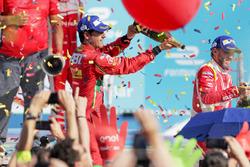 Lucas di Grassi, ABT Schaeffler Audi Sport spruzza lo champagne sul podio