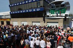 الفائز بالسباق لويس هاميلتون، مرسيدس، المركز الثاني فالتيري بوتاس، مرسيدس، المركز الثالث دانيال ريكا