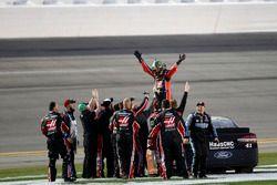 Race winner Kurt Busch, Stewart-Haas Racing Ford celebrate with team