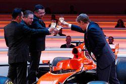 Yusuke Hasegawa, Senior Managing Officer, Honda, Zak Brown, Executive Director McLaren Technology Group, Eric Boullier, Racing Director, McLaren, en presentator Simon Lazenby brengen een toost uit op de McLaren MCL32