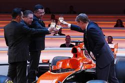 Yusuke Hasegawa, Director de manejo, Honda, Zak Brown, Director Ejecutivo de McLaren Technology Group, Eric Boullier, Director de competición, McLaren y presentador Simon Lazenby tostar el McLaren MCL32