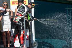 Podium : le troisième, Tom Sykes, Kawasaki fête sur le podium avec du champagne