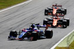Carlos Sainz Jr., Scuderia Toro Rosso STR12, Stoffel Vandoorne, McLaren MCL32, Fernando Alonso, McLa
