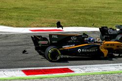 Jolyon Palmer, Renault Sport F1 Team RS17 and Romain Grosjean, Haas F1 Team VF-17 collide