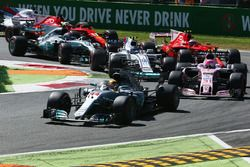 Start des Rennens: Lewis Hamilton, Mercedes AMG F1 W08, Esteban Ocon, Sahara Force India F1 VJM10, L