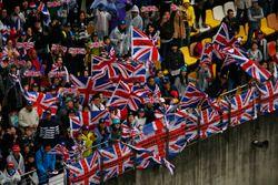 Chinesische Fans von Lewis Hamilton, Mercedes AMG, feiern seinen Sieg