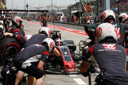 Romain Grosjean, Haas F1 Team VF-17, hace una parada en boxes durante la calificación