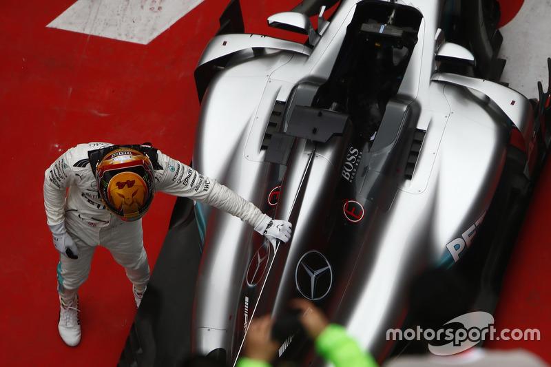 Foi um GP perfeito para o piloto da Mercedes: pole, vitória de ponta a ponta e melhor volta da corrida - terceira vez que Hamilton faz isso na carreira. O carro, então, mereceu o afago do britânico.