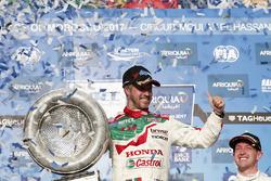 Podium: Le vainqueur Tiago Monteiro, Honda Racing Team JAS, Honda Civic WTCC