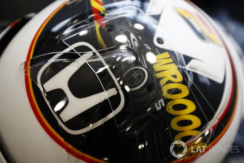 Dettaglio del casco di Stoffel Vandoorne, McLaren, che sfoggia un design per il suo Gran Premio di casa