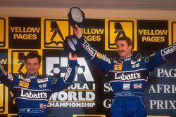Podio: il vincitore Nigel Mansell, Williams, il secondo classificato Riccardo Patrese, Williams