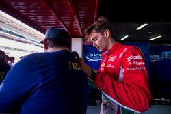 Charles Leclerc, PREMA Powerteam signe le T-Shirt d'un bénévole de la FIA