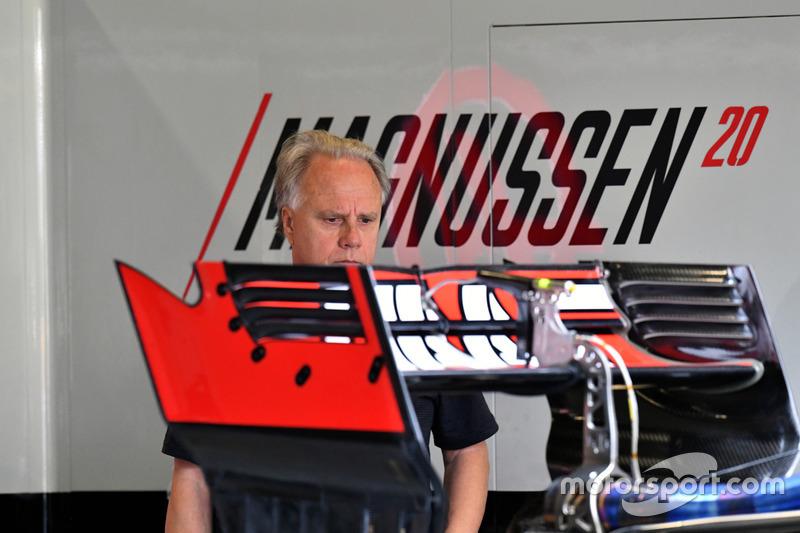 Основатель и владелец команды Haas F1 Джин Хаас осматривает заднее антикрыло VF-17