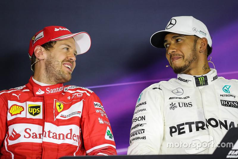 Sebastian Vettel, Ferrari, ganador de la pole de Lewis Hamilton, Mercedes AMG F1 en la Conferencia de prensa