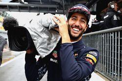 Daniel Ricciardo speelt voor cameraman tijdens de kwalificatie voor de Grand Prix van Italië